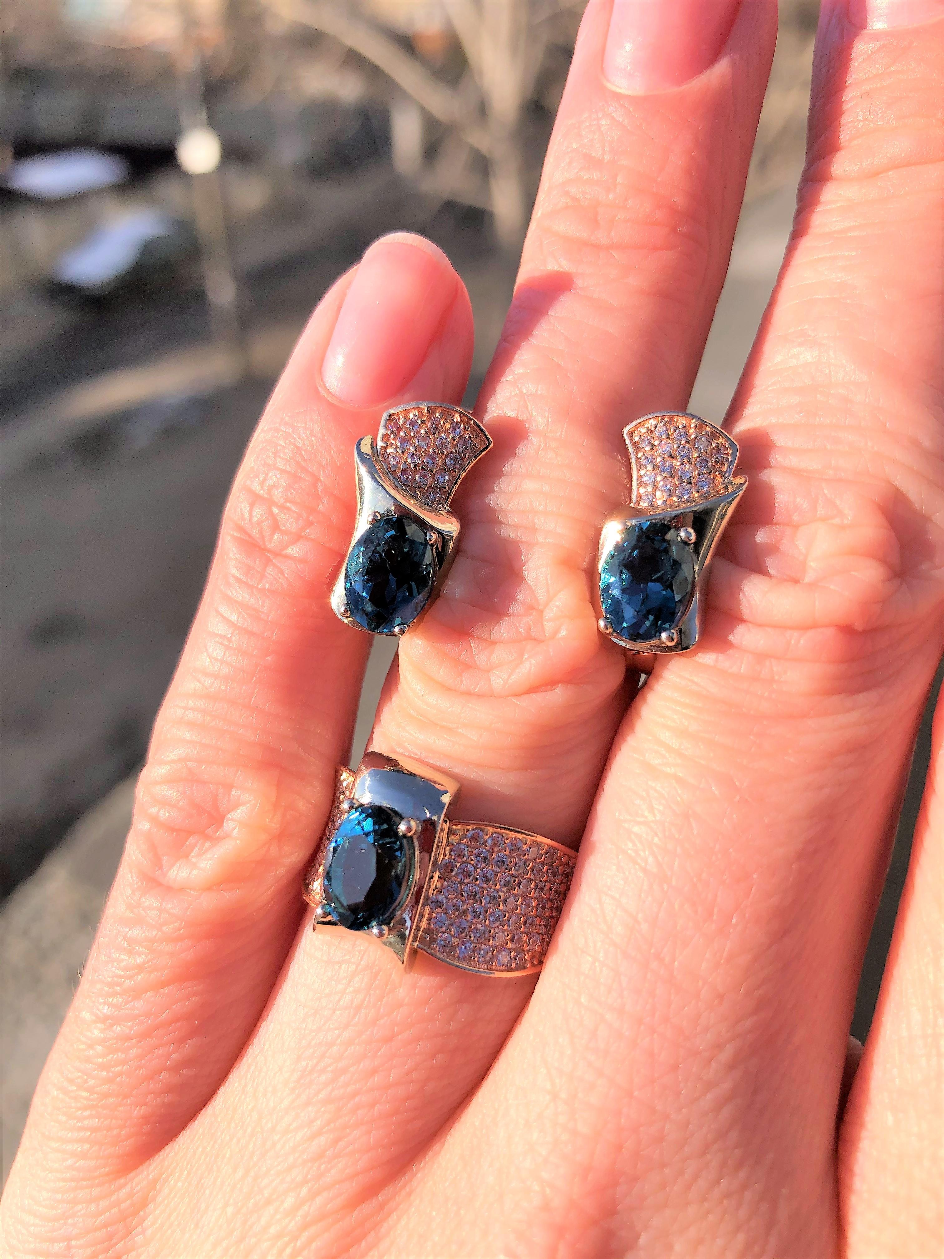 Королевские золотые серьги с синим камнем